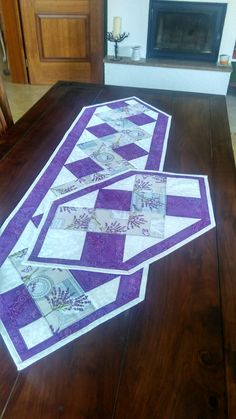 Easy Y Seams Hexagons - by Paco Rich - free tutorial Patchwork Table Runner, Table Runner And Placemats, Table Runner Pattern, Quilted Table Runners, Quilted Placemat Patterns, Quilt Patterns, Place Mats Quilted, Christmas Runner, Quilted Table Toppers