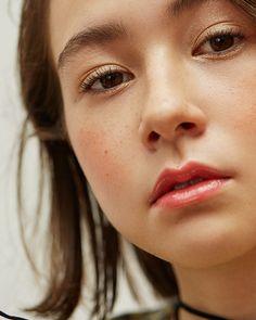 みずみずしい質感がカギ!  RMKの秋新色で魅せる、エフォートレス&グラフィカルな旬メイク | VOGUE GIRL