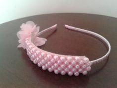 White Headband, Pearl Headband, Ribbon Headbands, Ribbon Hair, Making Hair Bows, Diy Hair Bows, Creative Crafts, Diy Crafts, Pony Bead Crafts