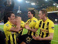 Nuri Sahin feiert mit Mats Hummels und Sven Bender (v.l.) nach dem Einzug ins Halbfinale vor der Dortmunder Südtribüne. (Foto: Federico Gambarini/dpa)