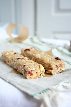 I am not going to tell you how many of these bars I can eat in one sitting. You simply wouldn't believe. But that just proves h. Granola Bars Peanut Butter, Homemade Granola Bars, School Breakfast, Dried Fruit, Lunch, Snacks, Healthy, Desserts, Recipes