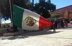 Indagan izamiento de Banderas al revés