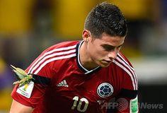 サッカーW杯ブラジル大会(2014 World Cup)決勝トーナメント準々決勝、ブラジル対コロンビア。バッタが腕についた状態でプレーするコロンビアのハメス・ロドリゲス(James Rodriguez、2014年7月4日撮影)。(c)AFP/FABRICE COFFRINI ▼5Jul2014AFP 試合中のハメス・ロドリゲスの腕に巨大バッタ http://www.afpbb.com/articles/-/3019747 #Brazil2014 #Brazil_Colombia_quarterfinal #James_Rodriguez #Grasshopper
