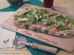 La Pinsa romana è un'ottima alternativa alla pizza, più digeribile e a lunghissima maturazione. Si caratterizza per la sua forma allungata ed è croccante fuori ma morbida dentro. Scoprite la ricetta dettagliata per prepararla in casa!