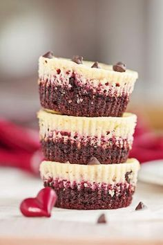 Muffins de chocolate com framboesa e pudim de baunilha - Kuchen,Torten, Dessert & Plätzchen - Muffin Recipes, Snack Recipes, Dessert Recipes, Snacks, Dessert Blog, Cupcake Recipes, Food Cakes, Brownie Pudding, Raspberry Muffins