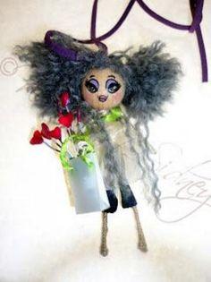 Muñeca personalizable para ser usada como colgante o como broche.