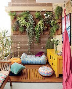 Ao lado das almofadas e dos pufes estampados é o móvel amarelo, com visual retrô, que deixa vibrante a varanda da empresária Adriana Gama. Projeto da arquiteta Gabriela Marques.