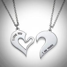 Sydämen puolikkaat nimikoru pariskunnille  Sydämen puolikkaat nimikoruun voit valita kaksi nimeä, jotka kaiverretaan hopeisiin riipuksiin.  Upea lahja pariskunnille!
