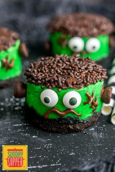 Frankenstein Mini Cheesecakes are an easy Halloween dessert for parties. Kids and adults will love these cute little cheesecake cupcakes that look like Frankenstein! Creamy cheesecake, OREO crust, and chocolate decorations make this easy cheesecake one of Halloween Desserts, Halloween Fingerfood, Fun Halloween Treats, Easy Halloween, Marshmallow Halloween, Halloween Baking, Halloween Foods, Easy Mini Cheesecake Recipe, Cheesecake Cupcakes
