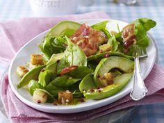 Spinatsalat mit Avocado, Bacon, Croutons und Pfeffer-Vinaigrette, auch lecker mit Kartoffelcroutons