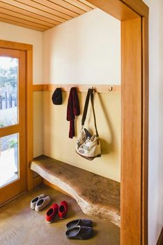 Wooden Slab Mud Room Bench - 40 Rustic Home Decor Ideas You Can Build Yourself