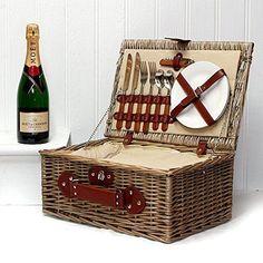 Der praktischer Picknickkorb Deluxe aus Weidenrinde beinhaltet eine Flasche Moet Chandon Champagner und hat eine integrierter Kühltasche. Ein perfekter Picknickkorb.