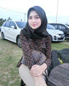 Beautiful And Graceful Hijab Girl Muslim Fashion, Hijab Fashion, Fashion Outfits, Womens Fashion, Fashion Muslimah, Casual Hijab Outfit, Hijab Chic, Beautiful Muslim Women, Beautiful Hijab