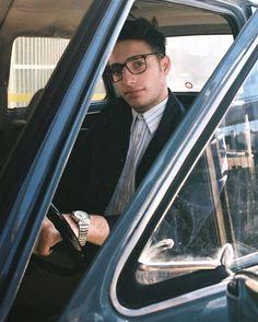 """📌Wos presentó """"Melón vino"""". Valentín aparece en una concesionaria de autos de los '70.  #wossigue preparando el terreno para sus shows… Freestyle Rap, Tumblr Boys, Youtubers, Hip Hop, Billie Eilish, Crushes, Boyfriend, Singer, Poses"""
