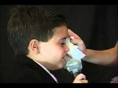 Menininho se emociona cantando na festa de 15 anos da irmã