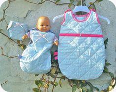 Ensemble bébé/poupée en tissu matelassé. Patron de la couche-culotte à télécharger gratuitement sur www.tadaam.fr
