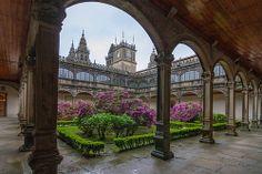 Claustro del Colegio o PAZO DE FONSECA en Santiago de Compostela, provincia de La Coruña, Galicia, España. Spain