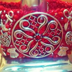 Brazalete rojo con dijes en plata antigua y medallon de flor, asi como cristales en 5 cm de ancho