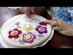 14/04/2015 – Flores em feltro em quadro de bastidor para o dia das mães – Carmen Silvia | RS21