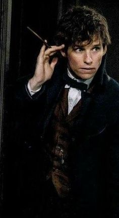 Newt Scamander played by Eddie Redmayne Eddie Redmayne Fantastic Beasts, Fantastic Beasts Movie, Fantastic Beasts And Where, Saga Harry Potter, Harry Potter Universal, Harry Potter World, Slytherin, Hogwarts, Model Tips