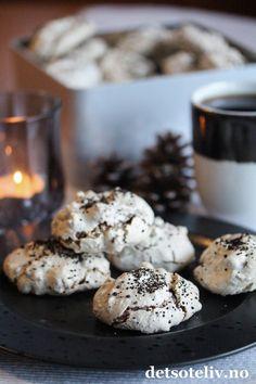 Annonse Hei dere! Om noen få dager er vi i desember dere, og mange har startet på julebaksten. Blant de mest populære oppskriftene på Det søte liv før jul er Vepsebol, som er luftige marengskaker med hakkede mandler og sjokolade. Jeg fikk tips om å blande inn lakris i marengsrøren før steking, og det var jammen meg et godt tips! Man kan bruke både lakrissirup og lakrispulver, men aller helst bruker jeg rålakrispulver fra Mill & Mortar, som er søt og ekte lakris av ekstra god kvalitet. Norwegian Food, Sweet Treats, Muffin, Cookies, Baking, Breakfast, Christmas, Crack Crackers, Morning Coffee