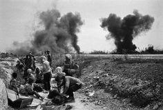 Nick Ut est un photojoursnaliste vietnamien travaillant pour l'Associated Press (AP) est ayant couvert la guerre du Viet Nam.   Pour en savoir plus sur Nick Ut et découvrir d'autre photo qu'il a réalisé rendez-vous à l'adresse : http://www.declic.photo/magazine/portrait/a-107-nick-ut-et-les-atrocites-de-la-guerre-du-viet-nam.html