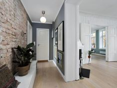 Oryginalne mieszkanie w kamienicy z dużym salonem i czerwoną cegłą w przedpokoju Brick Interior, Home Interior, Mobile Home Redo, First Apartment Decorating, Entry Hallway, Nordic Home, Dream Apartment, Interior Design Inspiration, Home Living Room