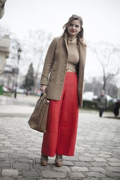 Fotos de street style en Paris Fashion Week: pantalones coral