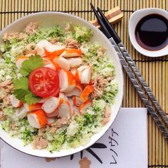 ¡Vamos a cenar! Coliflor y brócoli rallado (se queda con una textura estupenda así) y preparado al vapor en microondas. Acompañado por atún al natural y palitos de congreso. Un poco de salsa de so…