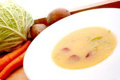 Receta de Caldo verde Portugués en Thermomix, una mezcla muy sencilla con una base de agua, patata, ajos y cebolla con repollo cortado en juliana y chorizo.