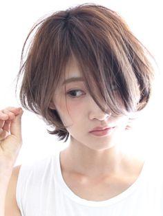 ヘアスタイルの流行は時代によって変遷しますが、実は美容師さんが参考にする「5.5cmルール」やハニーヘアと呼ばれる「8:2の法則」など鉄則といわれるヘアの法則も存在します。この法則、誰でも美人見えするのがミソ♡中でも知らなきゃ損する8つの法則をご紹介!