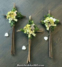 Palmstöcke Palmkreuze Palmstock basteln Kreuz crafts for adults gifts Easter Cross, Easter Art, Arts And Crafts For Adults, Crafts For Teens, Baptism Party Decorations, Cemetery Decorations, Easter Religious, Cross Crafts, Diy Ostern