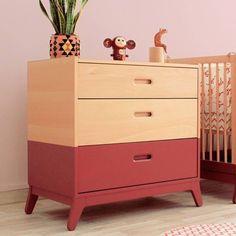 WOMB* est totalement fan de cette commande bicolore de la marque Nobodinoz. Conforme aux normes et fabriqué au bois de hêtre elle a tout pour être installée de la chambre de bébé.