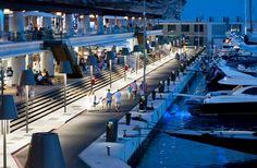 En Port Adriano hemos unido el espectacular paisaje Mallorca con una zona comercial única que acoge las marcas más cool. ¿Te imaginas un lugar mejor para tus vacaciones?