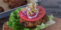 Najlepsze burgery z czarnej fasoli, batata i komosy ryżowej (quinoa) | Eksperymentuj z szefem Salmon Burgers, Quinoa, Ethnic Recipes, Desserts, Food, Salmon Patties, Meal, Deserts, Essen