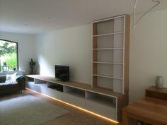 Tv- kast met indirecte verlichting voor een zwevend effect.