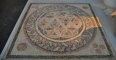 Mosaico encontrado por arqueólogos israelenses no teatro do rei Herodes, em Herodium, ao sul de Belém, Israel.  O piso desses ambientes era decorado com grandes mosaicos, e as paredes, com afrescos, que provavelmente foram pintados a pedido do imperador Júlio César.  Fotografia: Museu de Israel.