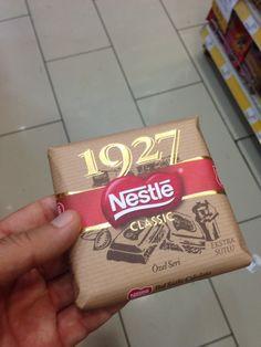 Nestle Classic İçindekiler (569 kcal): Şeker, tam yağlı süt tozu, kakao yağı, kakao kitlesi, yağsız süt tozu, süt yağı, emülgatör, aroma (vanilin), tuz.