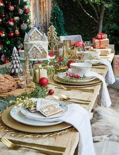 10 sweetest holiday dining table decor inspiration for remarkable moment that also lovely thing to perform together with the family member. Lunch Table Settings, Christmas Table Settings, Christmas Tablescapes, Christmas Table Decorations, Holiday Tables, Setting Table, Room Decorations, Christmas Party Table, Christmas Candles