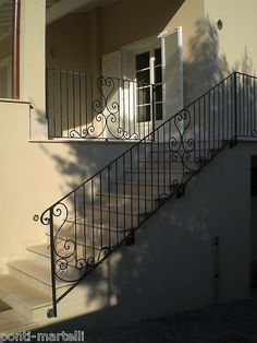 Like the corner work. Just that on my short section would be great. Wrought Iron Stair Railing, Stair Railing Design, Metal Stairs, Deck Railings, Balcony Design, Italian Style, Tiny House, House Design, Staircases