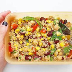Quinoasalat mit Kichererbsen Kidneybohnen Mais Paprika Zwiebel Knoblauch und Rucola
