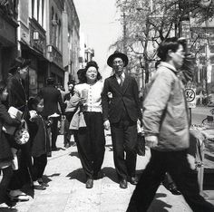 The revival of Gin-bura - taking a stroll in Tokyo's Ginza district. Hayashi Tadahiko, from left: Women harvesting rice. Hamaya H. Old Pictures, Old Photos, Vintage Photos, Showa Era, Japanese Photography, Photo Black, Vintage Children, Vintage Japanese, Street Photography