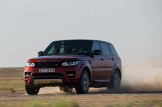 Depois dos últimos testes com o carro e a rota, Roi guia o #NovoRangeRoverSport na areia fofa e quente do deserto.