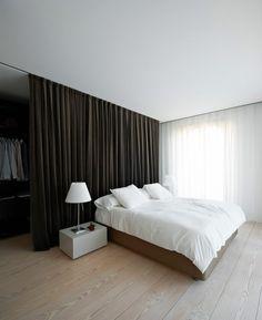 Dividiendo espacios con cortinas hasta el techo. (via Designed for Life.)