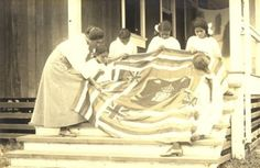 Hawaiian woman displays her flag quilt Old Quilts, Antique Quilts, Vintage Quilts, Vintage Sewing, Bee Pictures, Vintage Pictures, Hawaiian Monarchy, History Of Quilting, Flag Quilt