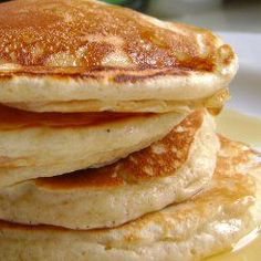 Buttermilk pancakes are delicious breakfast treats that can be served straight up with maple syrup or fruit and choclate sauce, however you like them, this is the best buttermilk pancake recipe Pancakes Leger, Pancakes And Waffles, Fluffy Pancakes, Making Pancakes, Pumpkin Pancakes, Pancakes Easy, Protein Pancakes, Greek Yogurt Pancakes, Buttermilk Pancakes