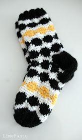 LimeRantu: Marimekon räsymatto villasukat Knitted Slippers, Slipper Socks, Fashion Socks, Fashion Outfits, Marimekko, Hygge, Knitting, Diy, Women Socks