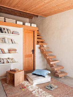 Un altillo  El altillo tiene un metro de altura. La escalera sin contrahuella es la opción más ligera. Estantes volados de obra recorren tod...