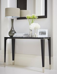 Any house needs great lighting, here are some inspirations and ideas of some lighting that will perfectly match with your console table. Console Table Styling, Hall Console Table, Modern Console Tables, Design Hall, Flur Design, Design Shop, Home Decor Bedroom, Entryway Decor, Foyer