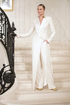 Ralph Lauren presents his 2019 fall collection in black, white and gold . - Ralph Lauren gives his fall 2019 collection in black, white and gold its classic elegance - Couture Fashion, Fashion Beauty, Elegantes Outfit, Fashion Show Collection, Summer Collection, Classic Collection, White Fashion, Fall Fashion, Curvy Fashion
